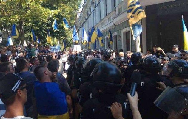 В хід пішли сокири, кийки, палиці: в Одесі сталася страшна масова бійка, від цих фото кров застигає