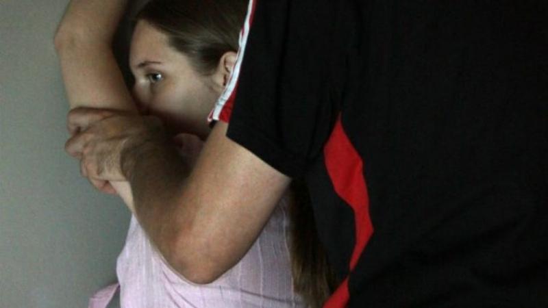 Звірство якесь!!! На Одещині вітчим жорстоко зґвалтував 11-річну доньку і намагався її задушити, від подробиць волосся дибки стає