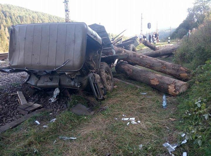 """""""Електричка на великій швидкості знесла вантажівку…"""": Метал, дерева, постраждалі. Там було справжне пекло"""