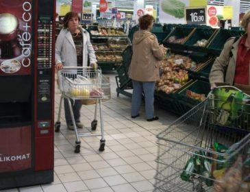 Здорова людина такого не зробить: Як оголена росіянка з цигаркою в зубах розлякувала покупців у супермаркеті. Кадри не для слабких