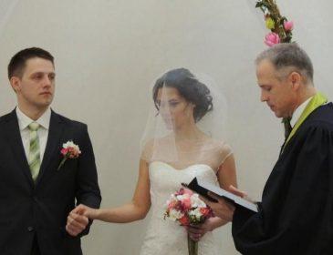 Отець відмовився вінчати пару! Пост у соцмережі коштував дівчині весілля