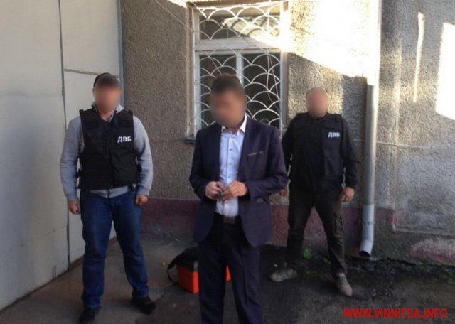 Попався голубчик! Керівника одного з відділень поліції Вінниччини затримали з хабарем. Фото