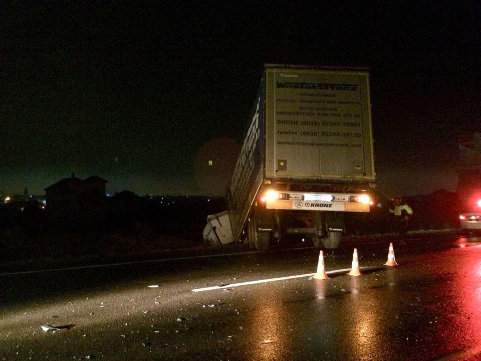 Моторошна аварія на Львівщині: після зіткнення з вантажівкою авто перетворилося на металобрухт