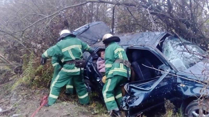 Рятувальники вирізали пасажирів із автівки: Моторошна ДТП на Тернопільщині  (фото)