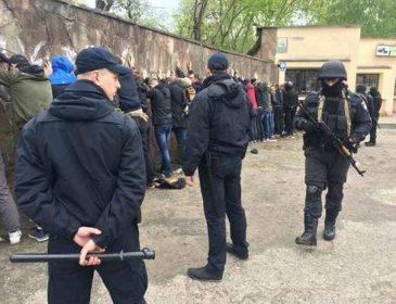 Вчора ввечері у Львові поліція затримала десятки молодиків, які намагалися спричинити масову бійку