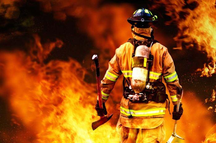 """""""Горить резервуар з 50 тисячами тонн бензину і стадіон…"""": З'явились перші кадри масштабної пожежі в Росії"""