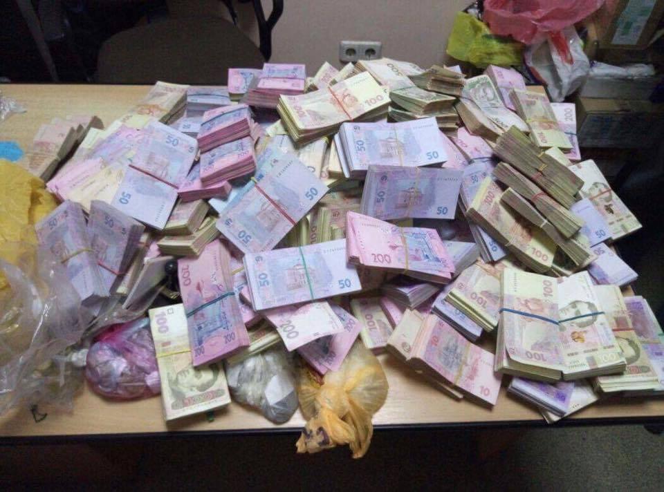 Там було все: На Чернігівщині викрили конвертаційний центр з обігом понад 200 млн гривень