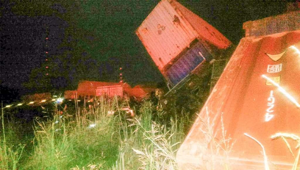Товарний потяг зійшов з рейок і врізався в будівлю