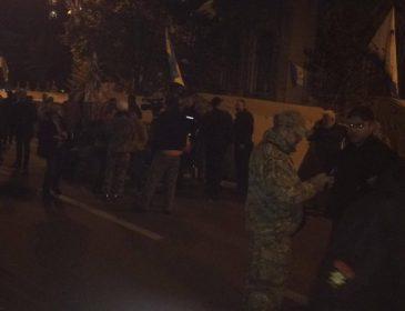 """""""Все як і три роки тому"""": вночі мітинг під Радою перемістився до резиденції Порошенка. Дізнайтеся останні подробиці"""