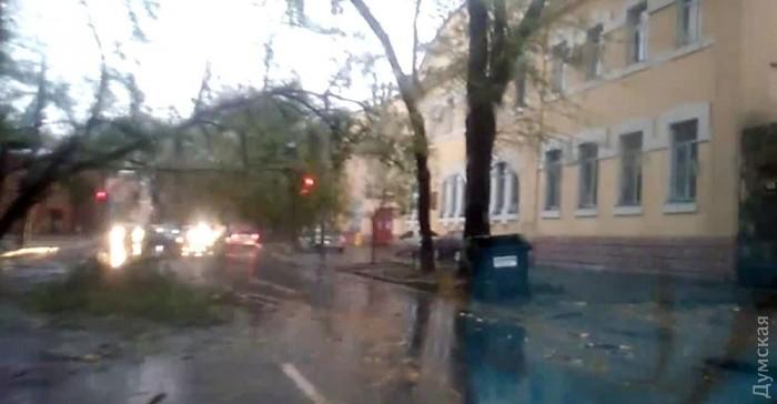 «Очікується сьогодні опівночі»: Одну з областей України накриє шторм, просять бути якомога обережнішими