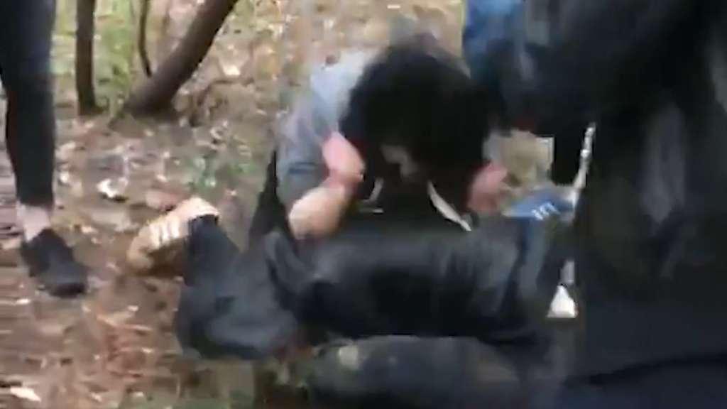 На очах у родичів і сусідів: підлітки побили подругу до напівсмерті через 500 гривень