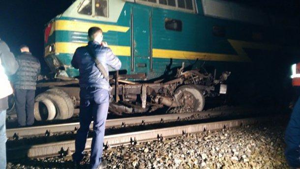 Пасажирський потяг протаранив вантажівку і протягнув її кілька десятків метрів.