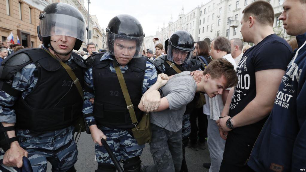 """""""Одну дівчину тягли за волосся…"""": Акція в підтримку Навального триває. Понад 300 затриманих"""