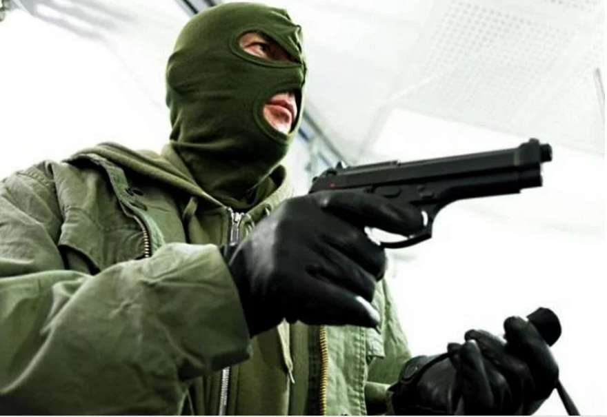 """""""Зупинився для ремонту"""": Банда серійних грабіжників у масках пограбувала десятки водіїв на дорозі"""