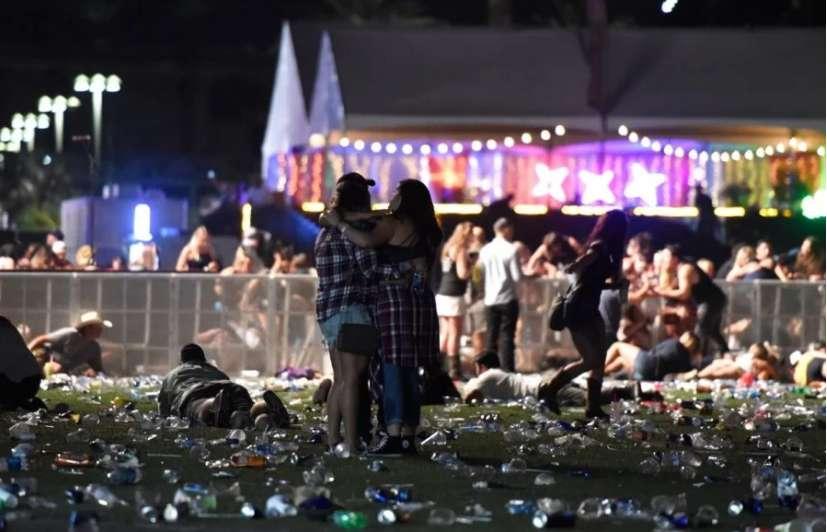 Вмирали на руках глядачів….очевидці розповіли моторошні деталі бійні на концерті в Лас-Вегасі. Від цих слів серце розривається