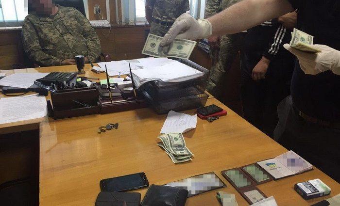 Військова прокуратура затримала на хабарі полковника ЗСУ