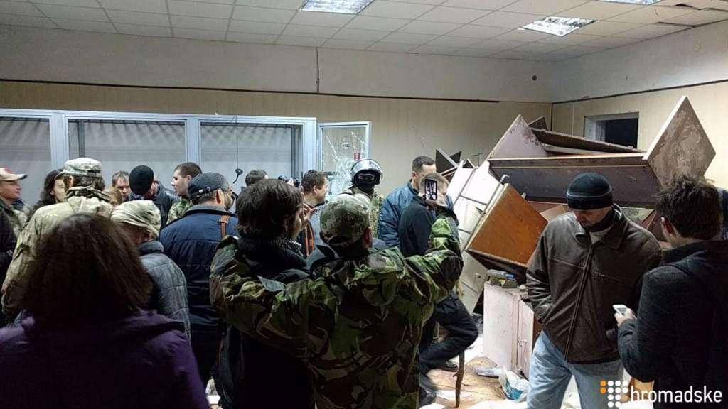 """""""Повибивали вікна і потрощили меблі"""": на суді Коханівського активісти влаштували погром (ВІДЕО)"""