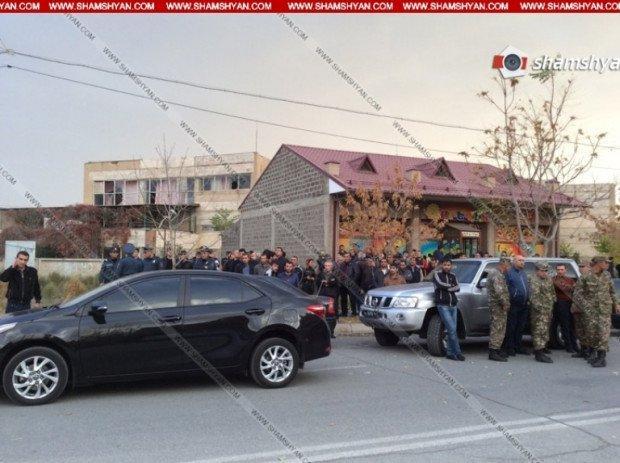 Озброєний чоловік увірвався до дитячого садка і тримає дітей в заручниках