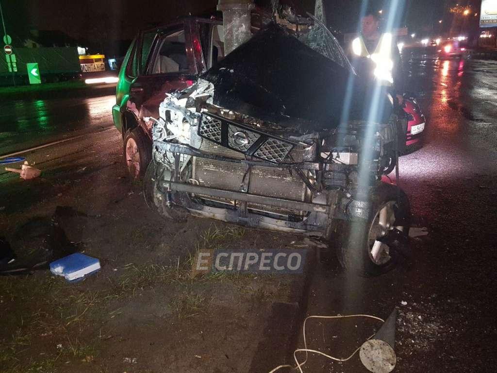 ДТП у столиці: Авто врізалось у стовп, залишився один металобрухт