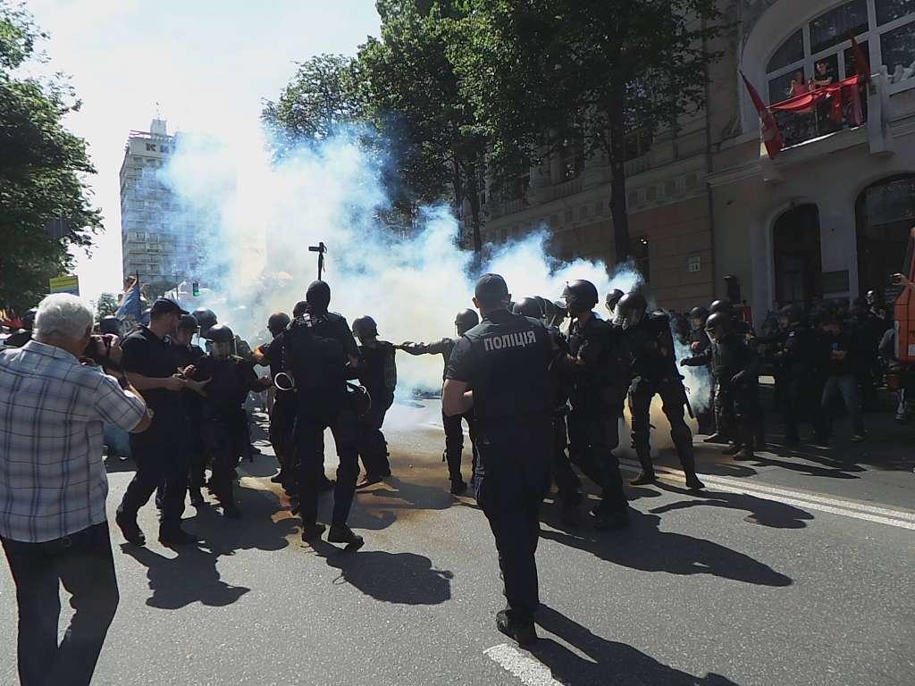 Сльозогінний газ і силове протистояння: Сутички між мітингувальниками та правоохоронцями