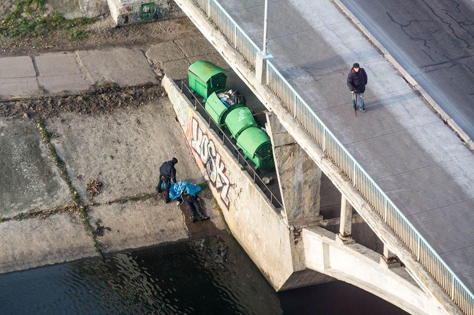 """""""Під Русанівським мостом  виявили повішеного чоловіка…"""": Патрульні вже зняли тіло"""