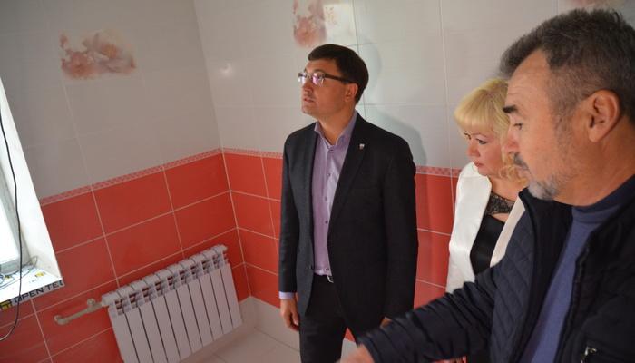 """""""Щоб всі потонули в цьому """"сортирі"""": в Маріупольській школі зробили ремонт в туалеті за мільйон"""