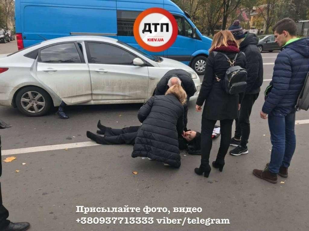 Та що ж це коїться? В Києві автівка збила матір з дітьми просто біля супермаркету