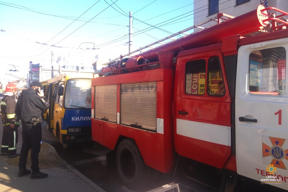 У Тернополі загорілася маршрутка з пасажирами