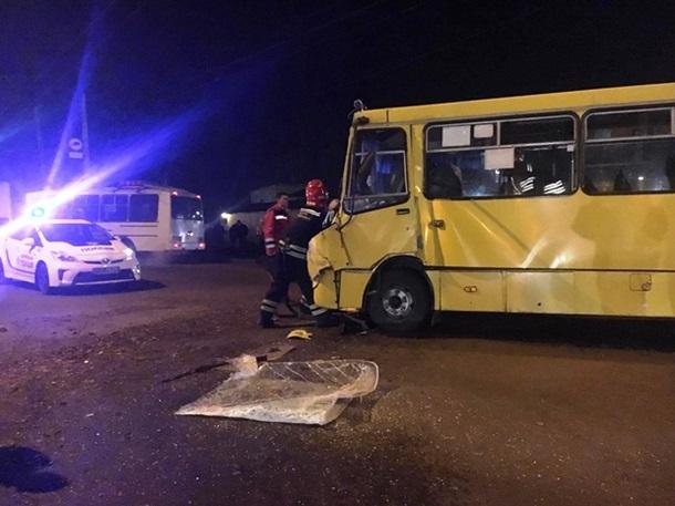 Ще одна трагедія: у Черкасах маршрутка врізалася у вантажівку, багато постраждалих