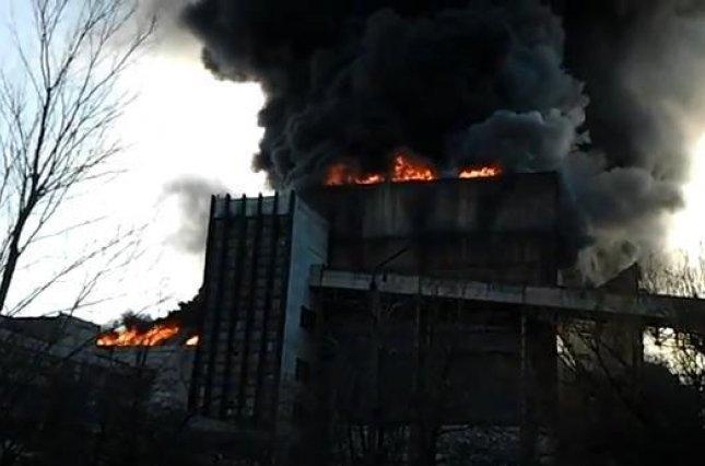 """""""Жителів просять не виходити з будинків"""": через пожежу на ТЕС стався викид токсичних речовин"""