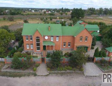З церквою та  власним басейном: Українці лише позаздрять простим суддівським маєткам (ВІДЕО)