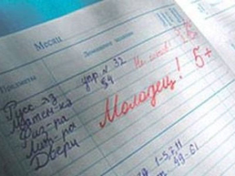 """""""Присилала свої пікантні фото"""": Вчителька змушувала школярів до """"позаурочних занять"""" з нею заради оцінок"""