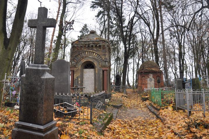 Пили, курили і цілувалися просто на могилах: На Львівщині молоді дівчата влаштували веселощі на кладовищі