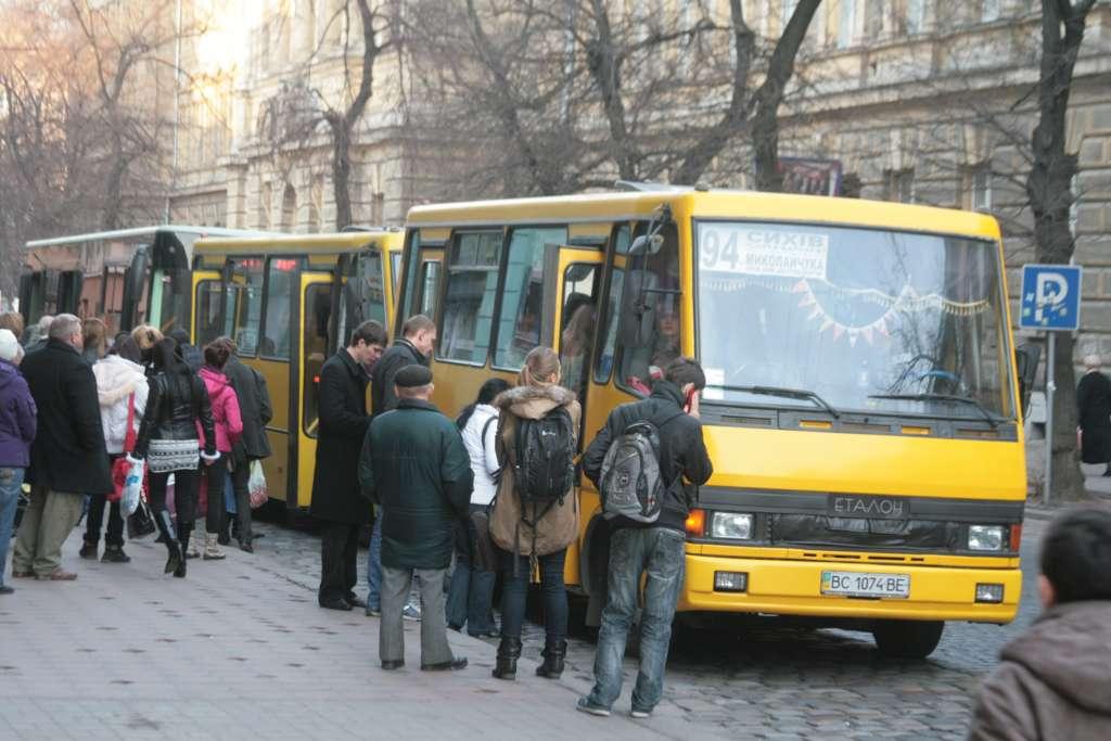 Спіймали на гарячому: У Львові лікар-збоченець терся статевими органами до дітей у маршрутці (ВІДЕО)