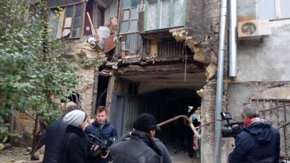 """""""Евакуація жителів…"""": В Одесі в житловому будинку обвалилася зовнішня стіна"""