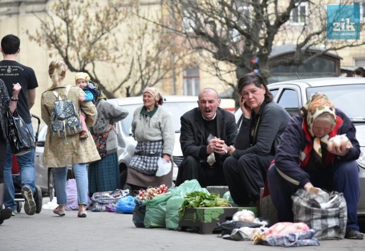 """""""Від хорошого життя тут стоїмо?"""": Мережі обговорюють """"стихійні"""" українські ринки"""