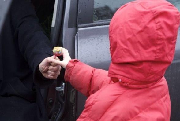 Батьки, бережіть своїх дітей! На Тернопільщині невідомі хотіли заманити дітей в автівку цукерками