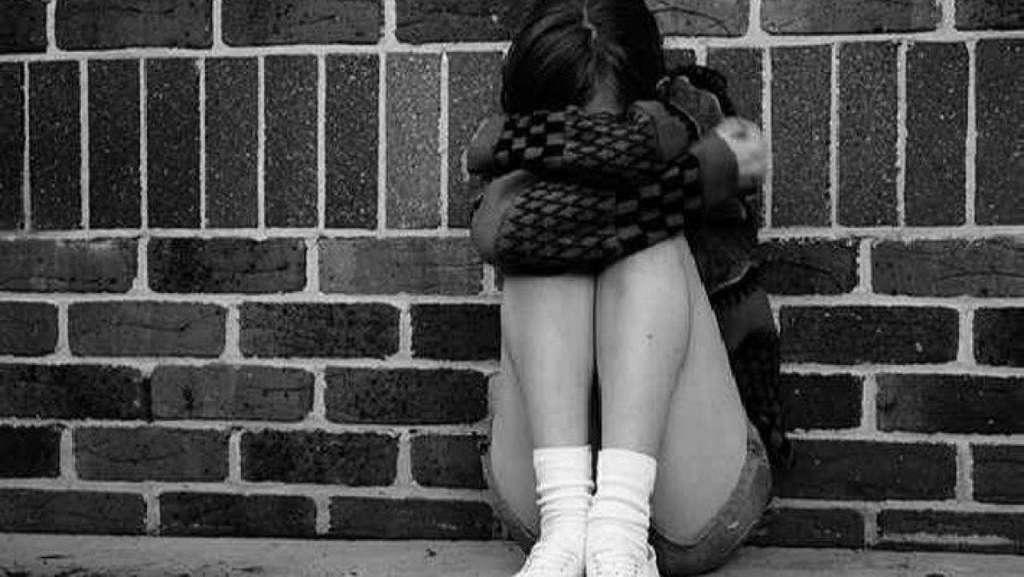 """"""" Це благополучна сім'я…"""": В Івано-Франківську рідний батько близько року ґвалтував 14-річну дочку"""