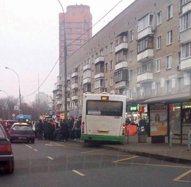 """Трагедія сталася сьогодні вранці: автобус """"влетів"""" у зупинку, переповнену людьми"""