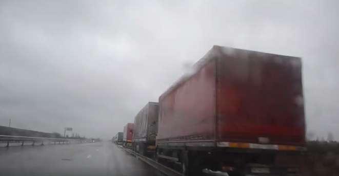 Затор 20 кілометрів! На кордоні України утворилася величезна черга автівок