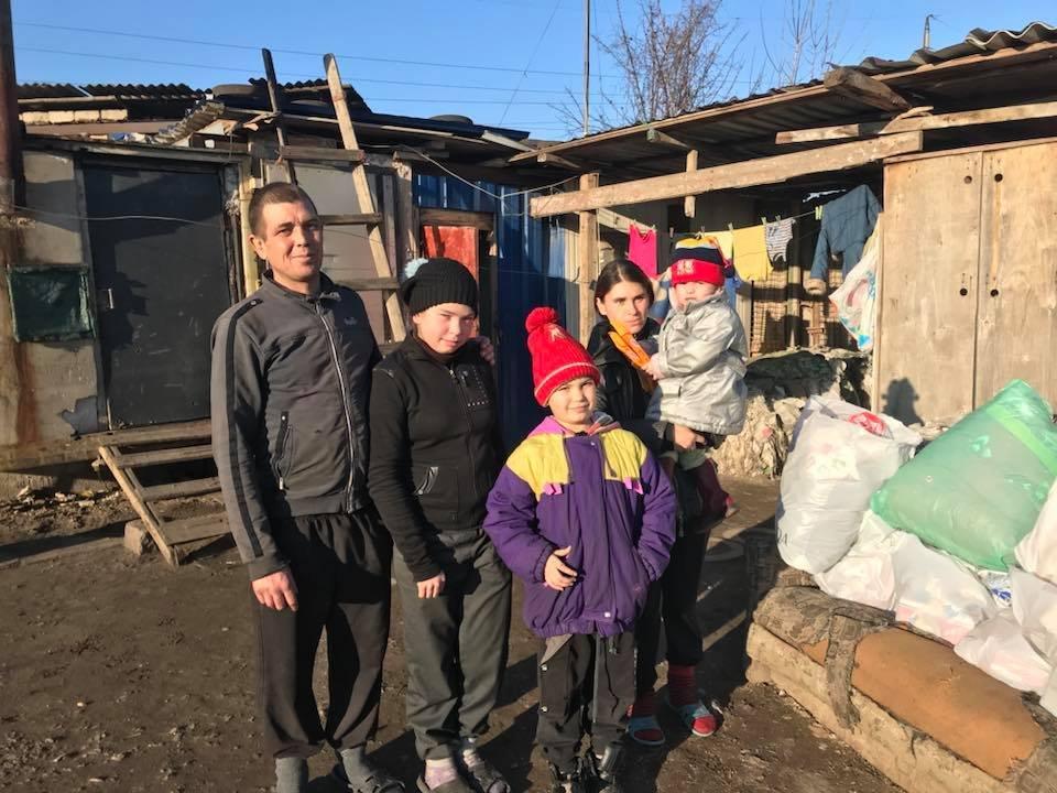 Змушений працювати за 1000 гривень: Подружжя жило на смітнику в імпровізованій хатині
