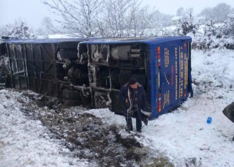 На Львівщині сталася жахлива ДТП: перекинувся рейсовий автобус, є постраждалі