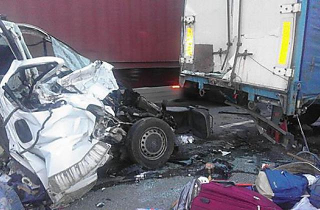 """""""Помер на місці"""": Під Львовом мікроавтобус протаранив авто, є жертви"""