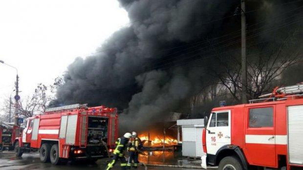 Терміново! В Києві сталася масштабна пожежа, горить історична будівля