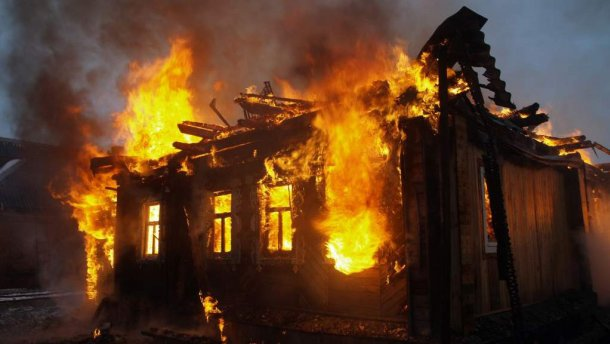 """""""Борються за життя"""":  Чоловік виніс з палаючого будинку 8-місячне немовля"""
