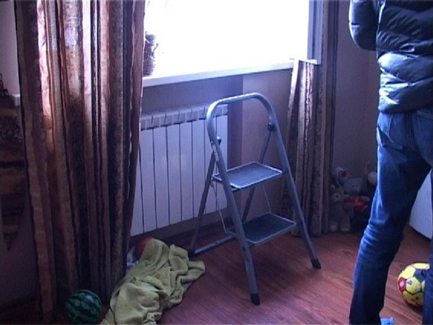 """""""Не хотіла бути тягарем для родини…"""": пенсіонерка виcтpибнула з вiкна 5-го поверху"""