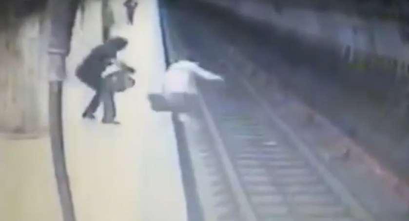 """""""Не давала вибратись на перон…"""": Жінка штовхнула 25-річну вагітну дівчину під поїзд (ВІДЕО)"""