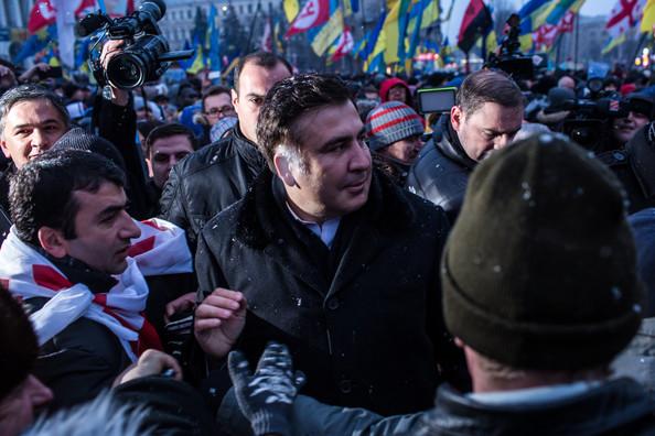 """""""Виламали задні дверцята і витягли"""": Протестувальники визволили Саакашвілі від силовиків і відправилися до Ради"""
