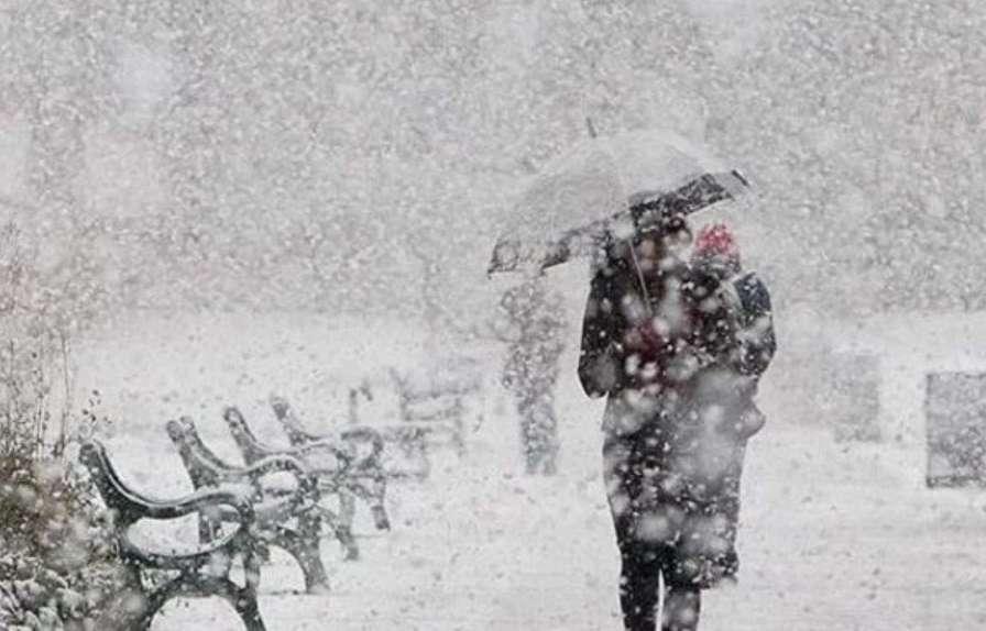 Сніжно, холодно та слизько: Синоптики розповіли, що чекати від погоди уже завтра
