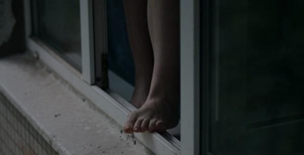 """""""І раніше погрожувала звести рахунки з життям"""": у Запоріжжі школярка вистрибнула з вікна 14-го поверху"""